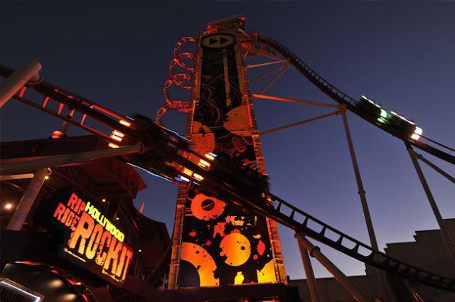 Montanha-russa Rock It no parque Universal Studios em Orlando
