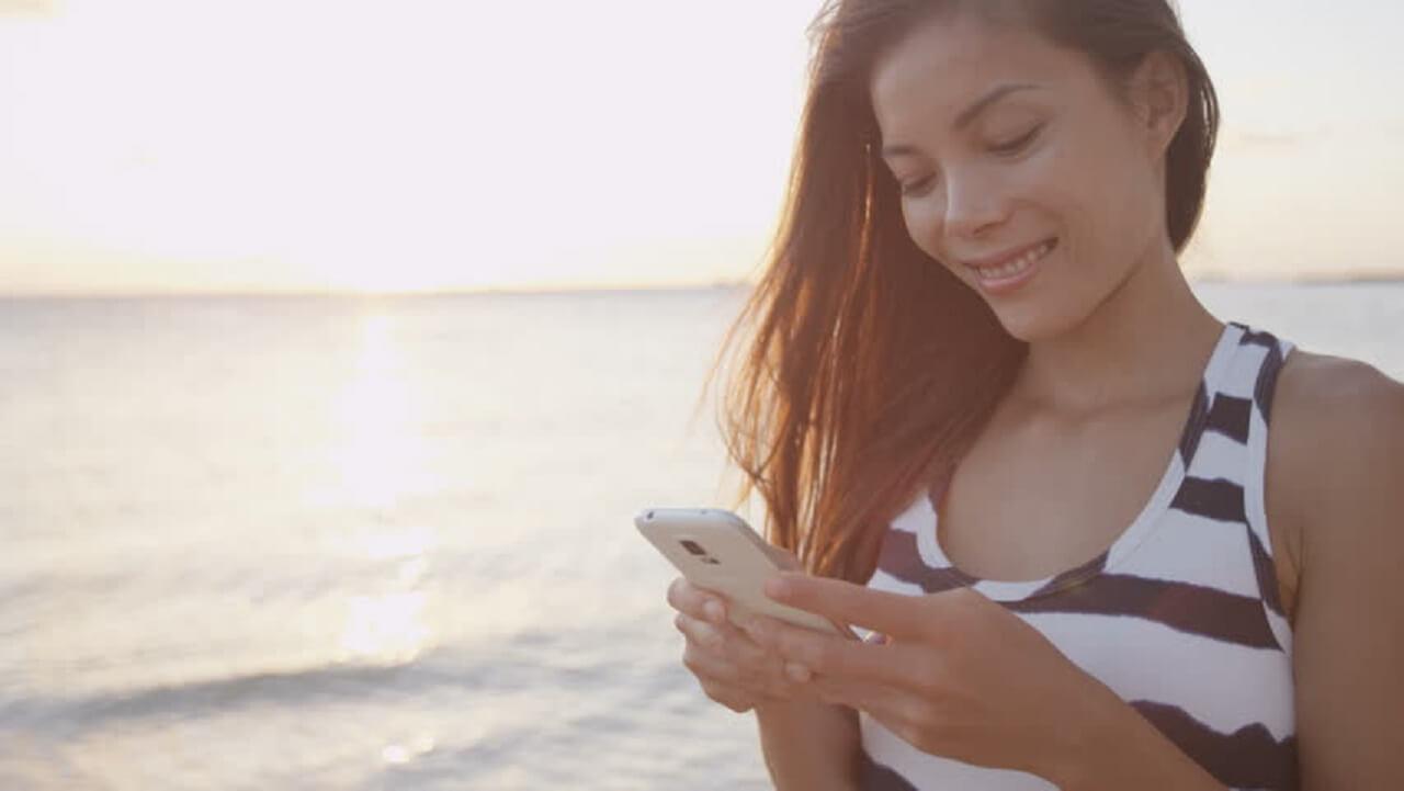 Mulher usando o celular em Miami