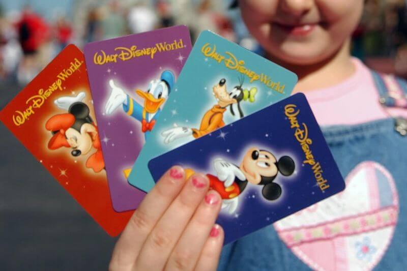 Criança com ingressos da Disney Orlando