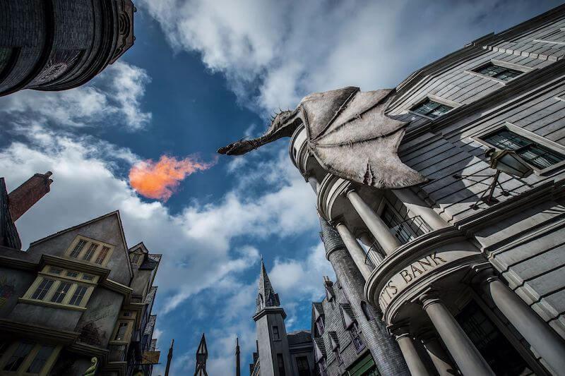 Dragão no banco Gringotts no parque Universal Studios em Orlando