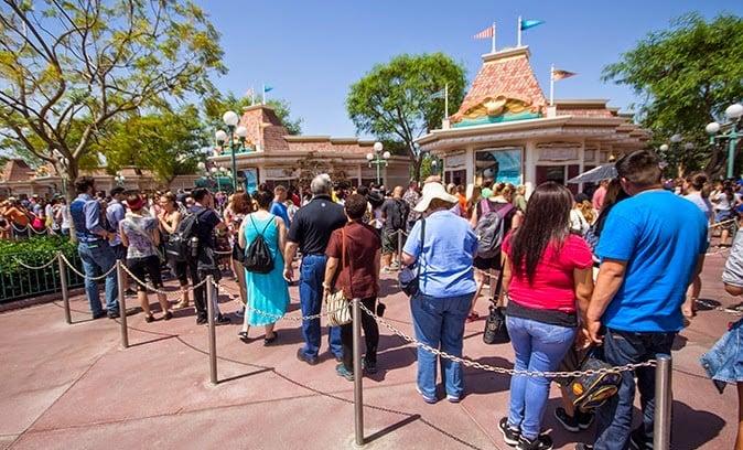 Filha na bilheteria da Disney Orlando
