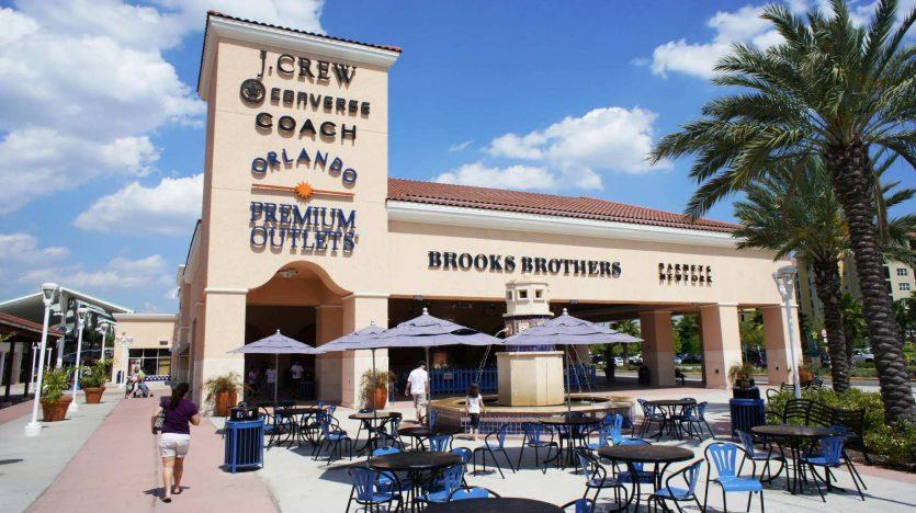 Praça de alimentação do Premium Outlets Vineland em Orlando