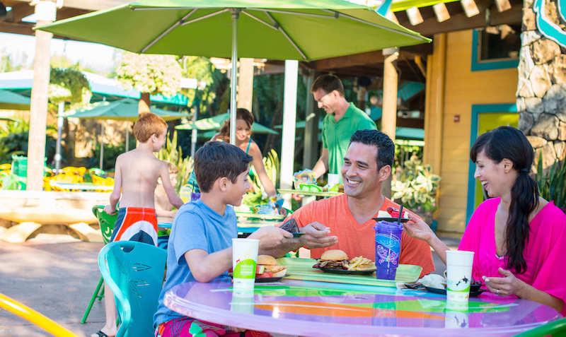 Refeição em família no parque Aquatica em Orlando