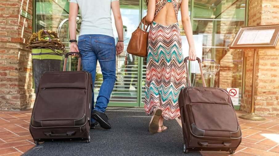 Viajantes com bagagens em Orlando