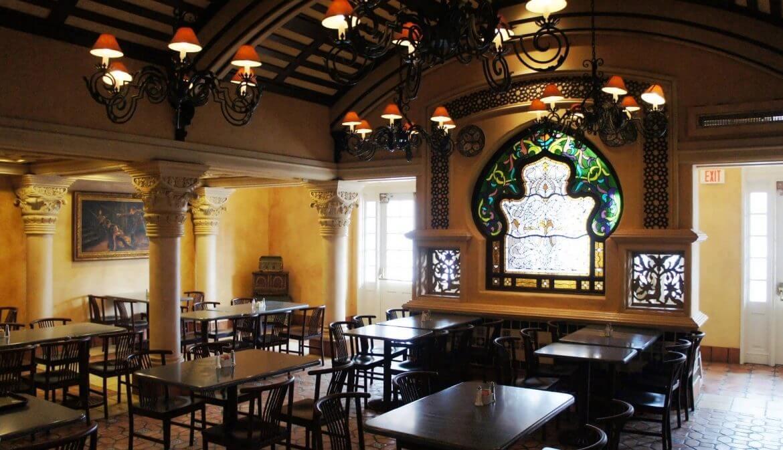 Refeição com personagens no Cafe La Bamba em Orlando: interior do restaurante