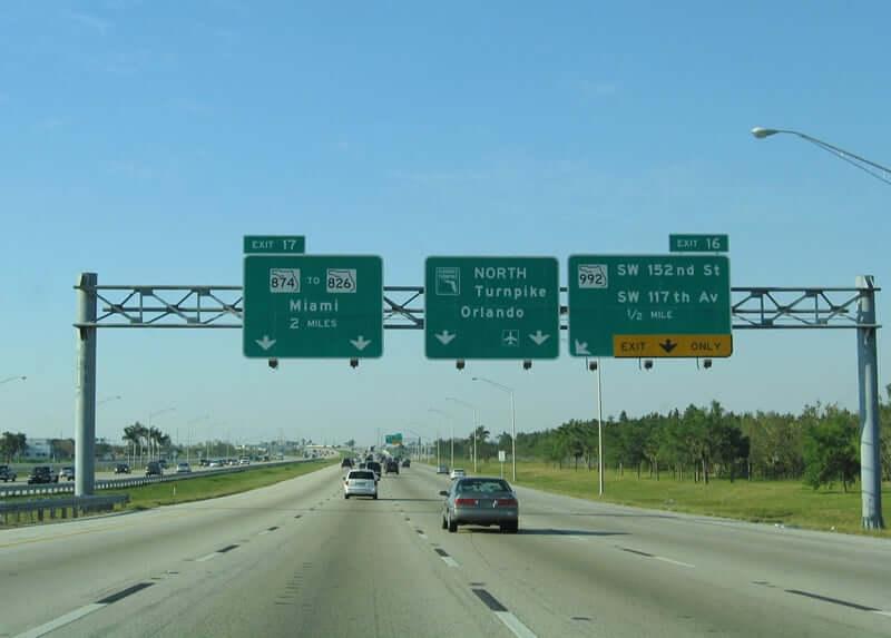 Estrada Turnpike Road entre Orlando e Miami