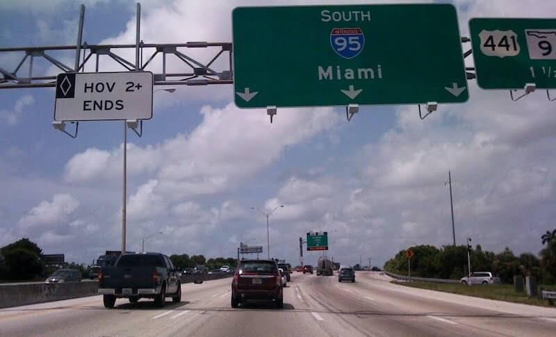 Placa para Miami na estrada Turnpike em Orlando