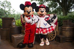 7 jantares com personagens Disney e Universal em Orlando: Restaurante Mickey's Backyard BBQ