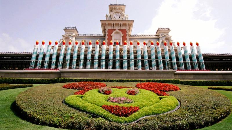 Jardim na entrada do parque Magic Kingdom da Disney Orlando