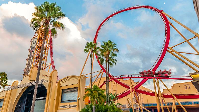 Trilho da montanha-russa Hollywood Rip Ride Rockit no parque Universal Studios em Orlando