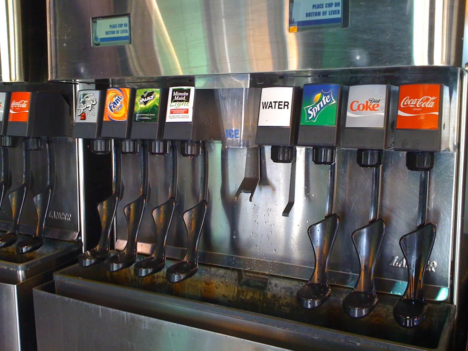 Copo com refil de bebidas na Disney Orlando: máquina de refil de bebidas