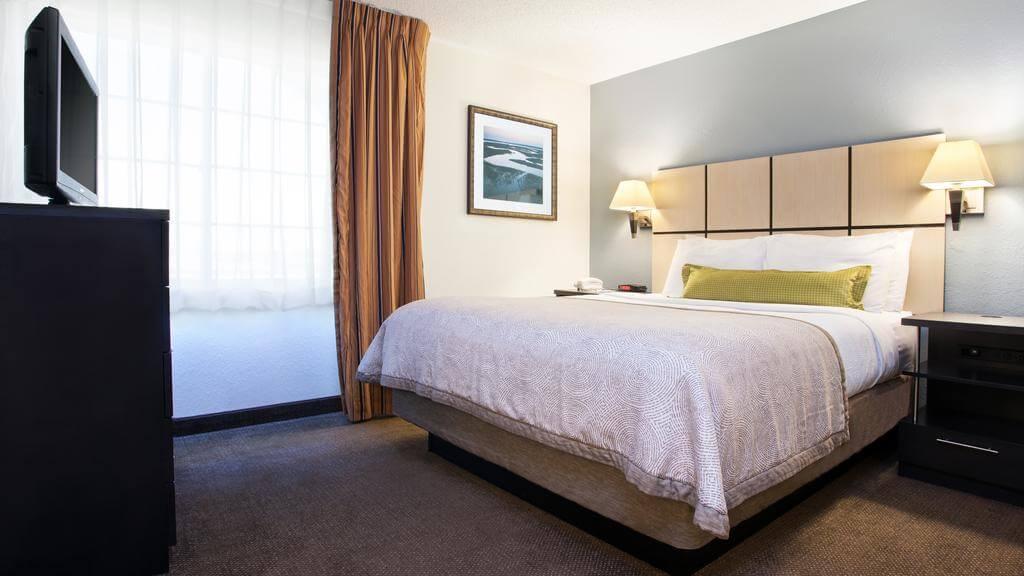 Hotéis bons e baratos em Jacksonville: HotelCandlewood Suites - quarto
