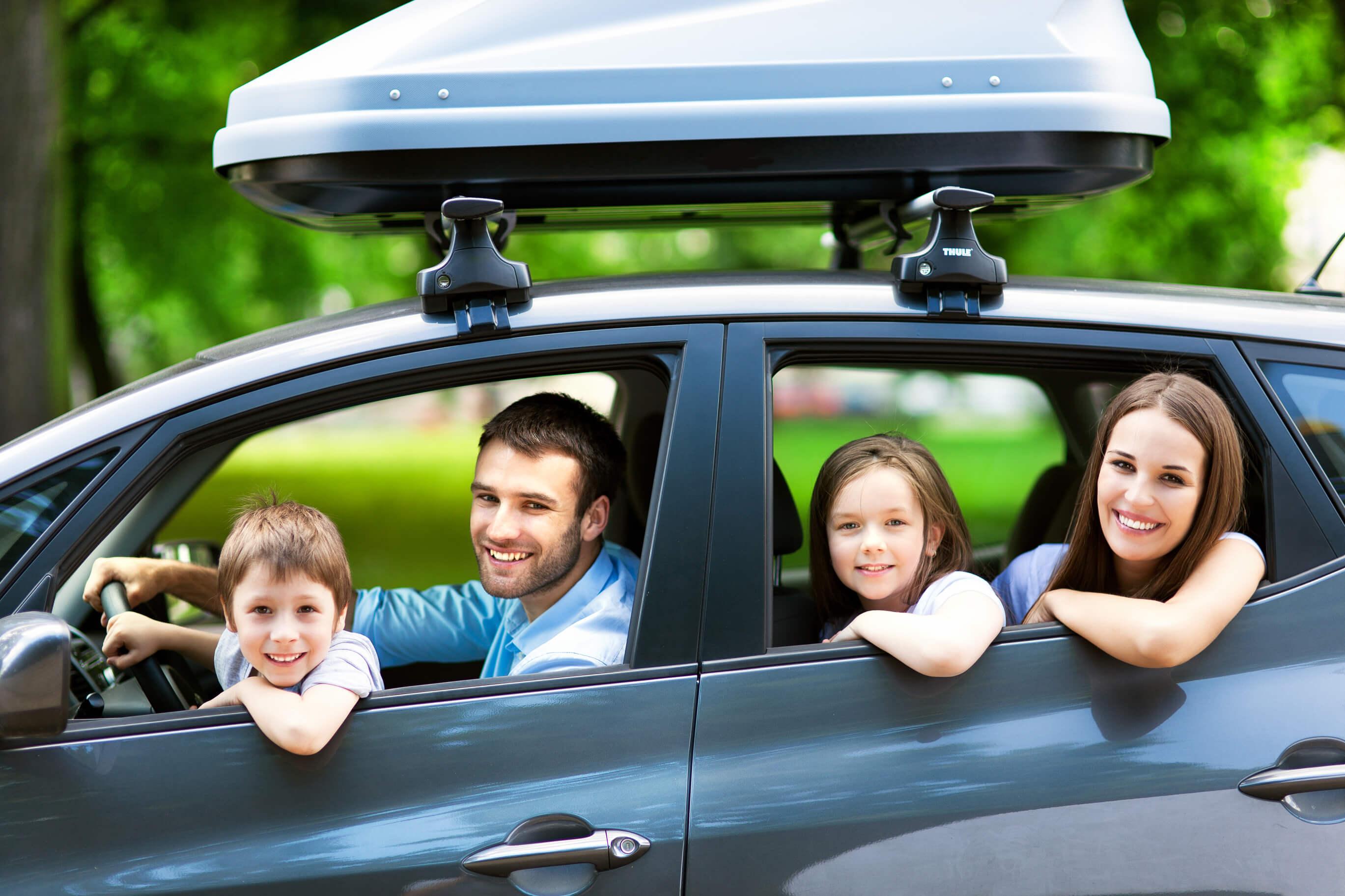 Família andando de carro em Orlando