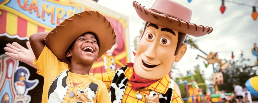 Como evitar filas na área Toy Story Land na Disney Orlando: foto com personagem