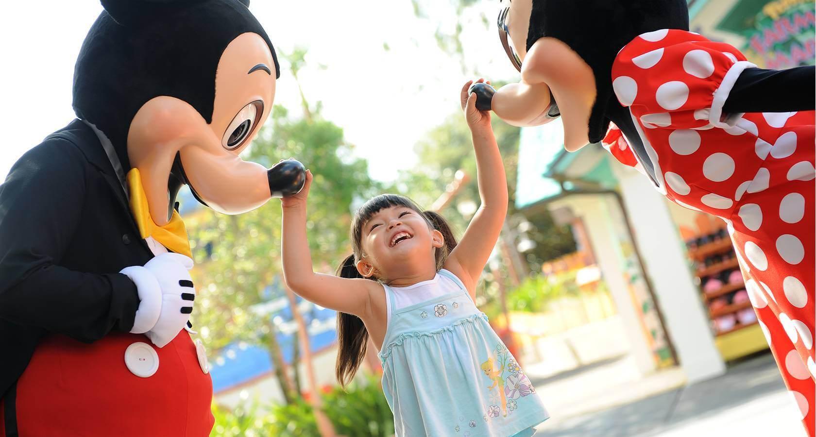 Como reservar sua visita aos parques da Disney Orlando: criança com personagens Disney