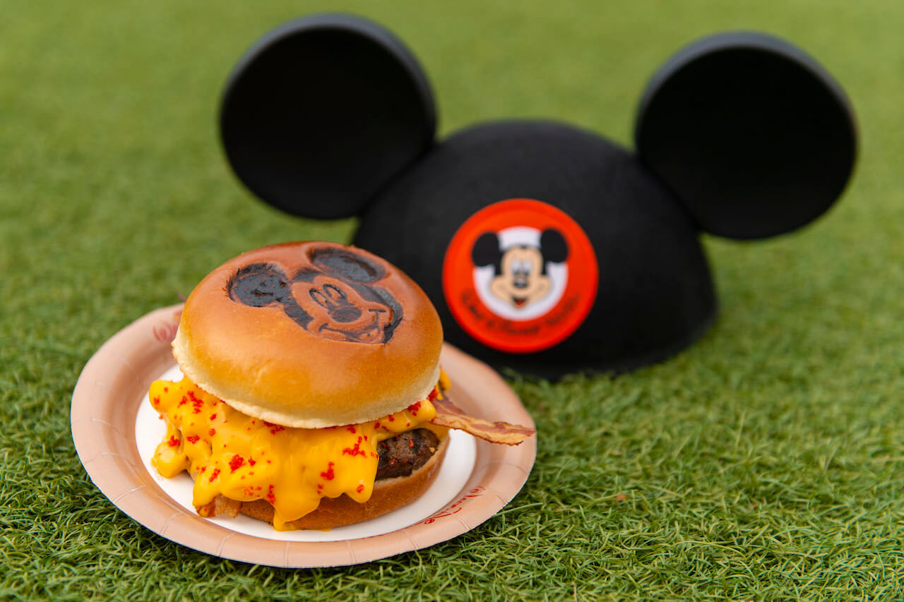Mickey & Minnie's Surprise Celebration no Magic Kingdom da Disney Orlando: Mickey Burger