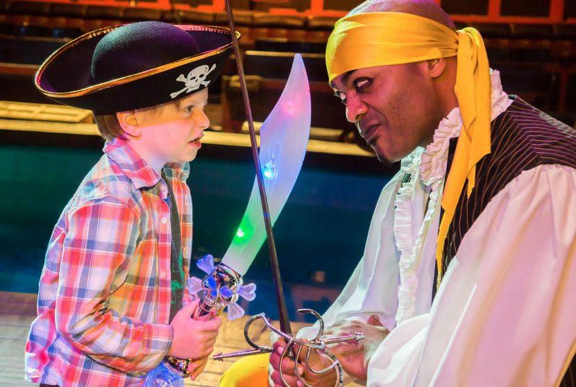 Jantar e show Pirate's Dinner Adventure em Orlando: criança e pirata
