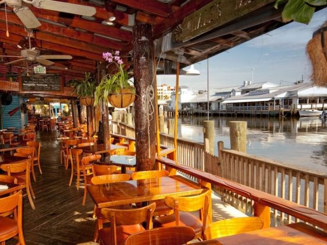 Restaurantes em Naples: interior do Riverwalk at Tin City