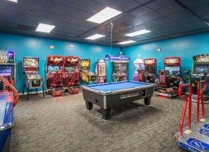 Hotel Clarion Inn Lake Buena Vista em Orlando: salão de jogos