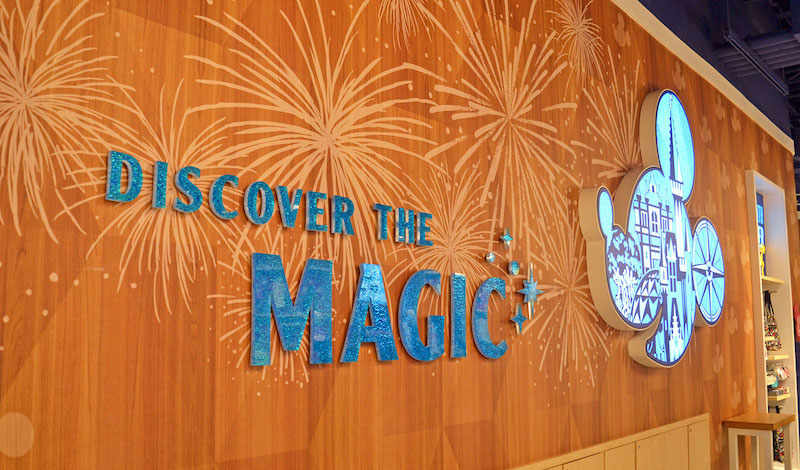 Loja Magic of Disney no Aeroporto Internacional de Orlando: parede Discover the Magic