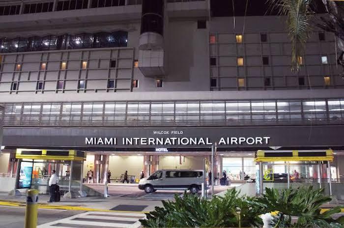 Quanto custa uma passagem aérea para Miami: entrada do Aeroporto de Miami