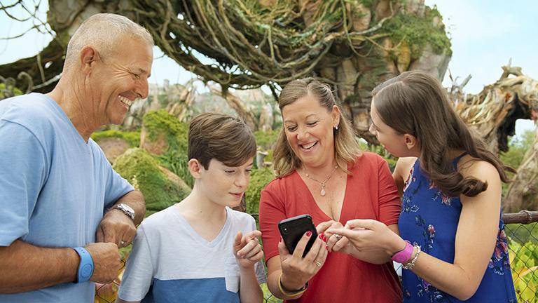 Aplicativo Disney Genie: família usando o celular