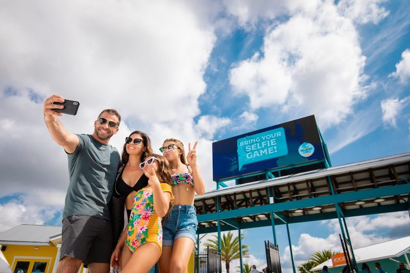Parque aquático Island H2O Live! em Orlando: visitantes tirando foto