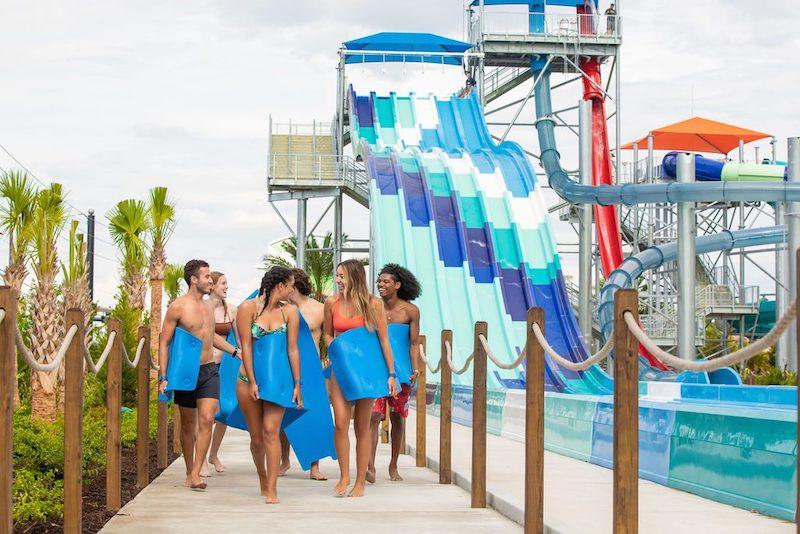 Parque aquático Island H2O Live! em Orlando: visitantes nas atrações
