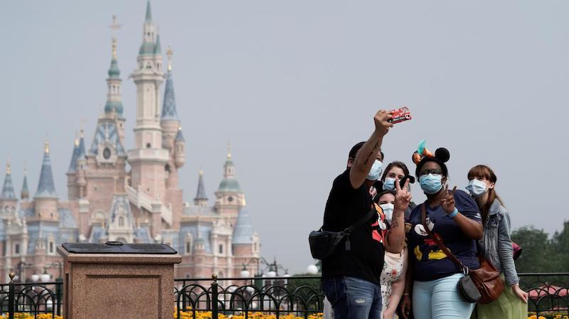 Reabertura dos parques da Disney em Orlando: família utilizando máscaras no Magic Kingdom