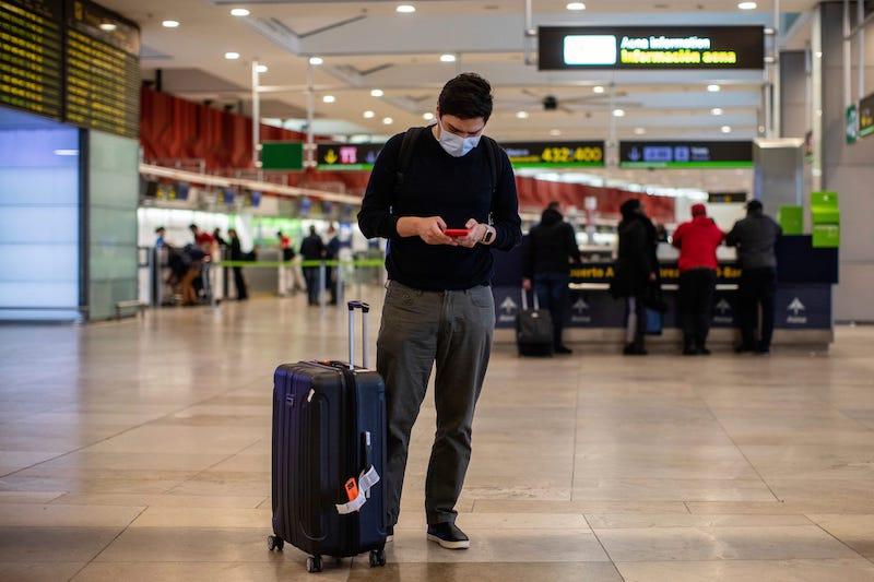 Passageiro usando máscara no aeroporto em Orlando
