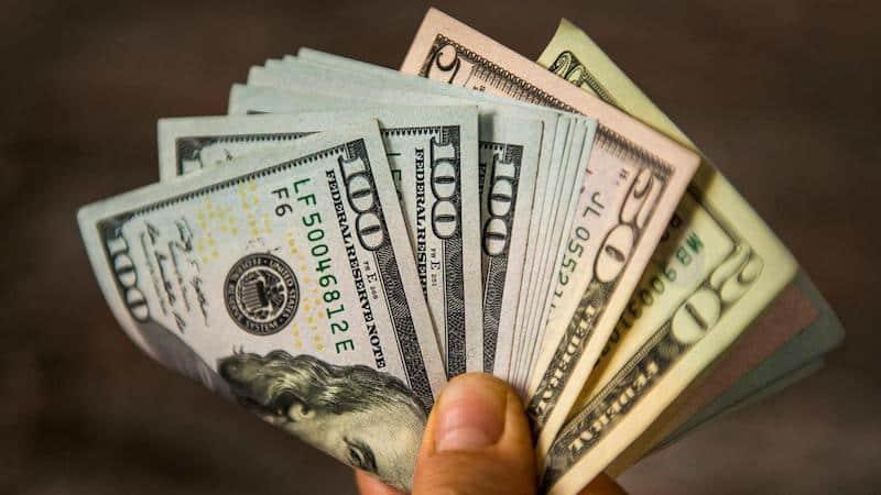 Segurando dólares em Orlando