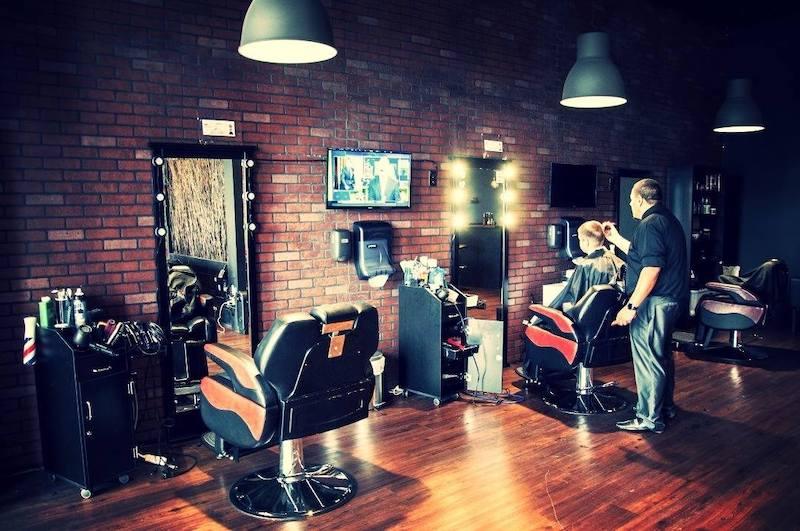 Cadeiras na barbearia Ultimate Cave em Orlando