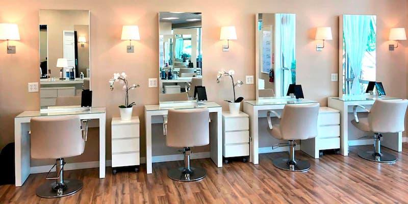 Cadeiras no salão Jacques Janine em Orlando