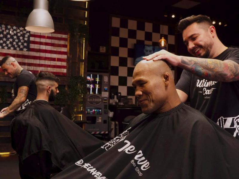 Cliente da barbearia Ultimate Cave em Orlando