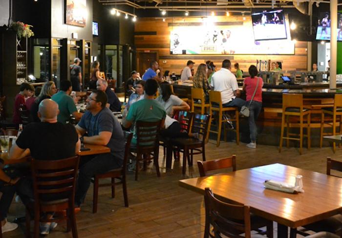 Clientes do restaurante e bar À Brasileira em Orlando