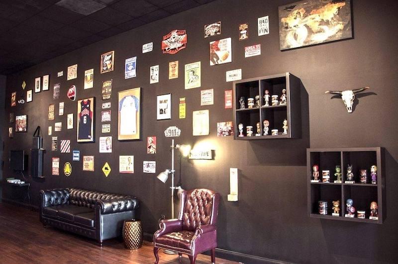 Interior da barbearia Ultimate Cave em Orlando
