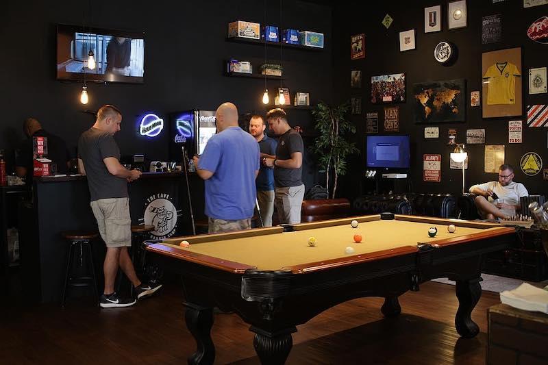 Mesa de sinuca na barbearia Ultimate Cave em Orlando