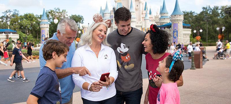 Família usando o celular na Disney Orlando