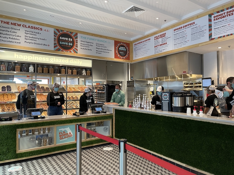 Interior da Everglazed Donuts & Cold Brew na Disney Springs Orlando